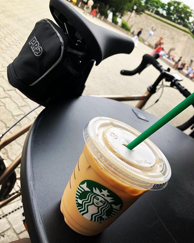コーヒー飲みながら人ウォッチ♪(´ε` )