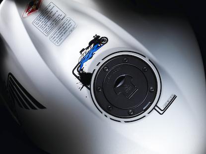 2009_Honda_CBR600RR_tank.jpg